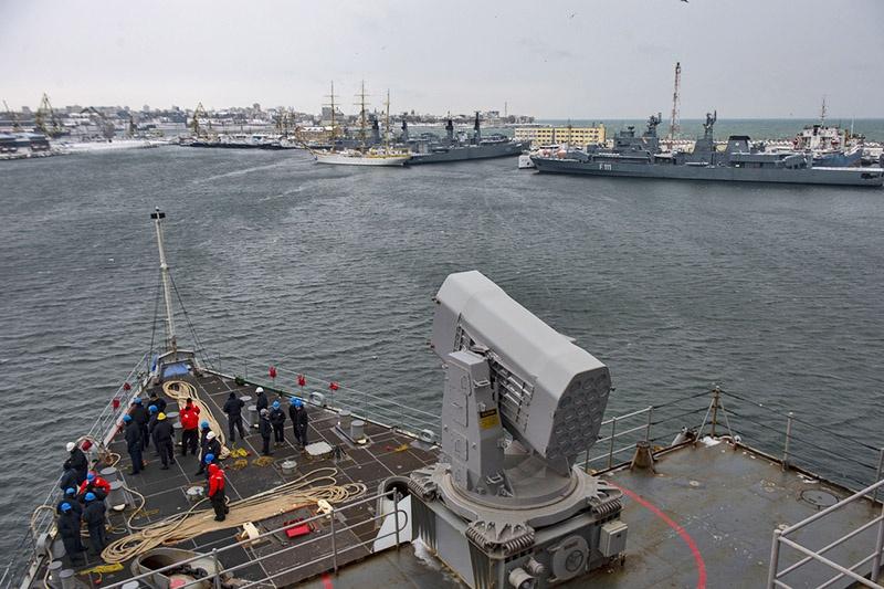 Десантный корабль США USS Fort McHenry в порту Констанцы.
