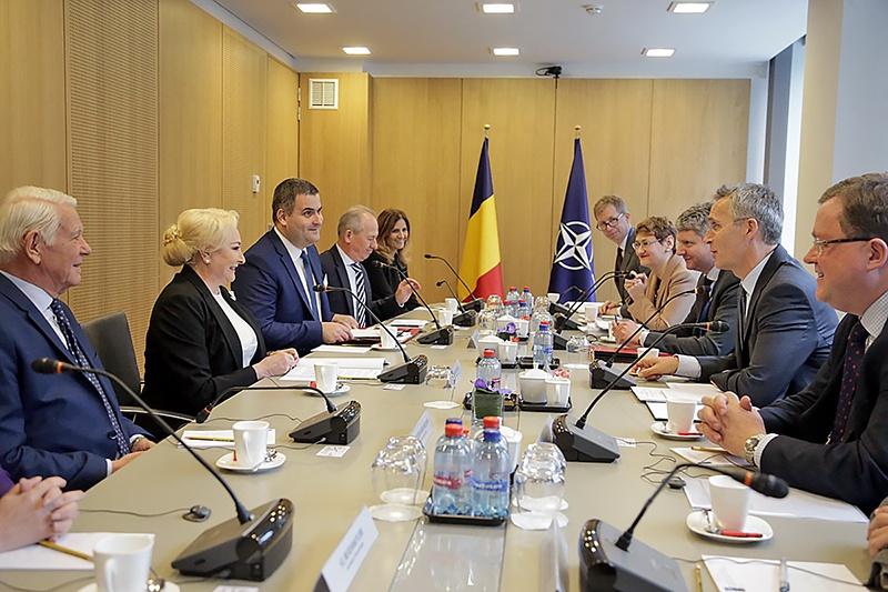 Премьер-министр Румынии Виорика Данчилэ на встрече в Брюсселе с генсеком НАТО Йенсом Столтенбергом.