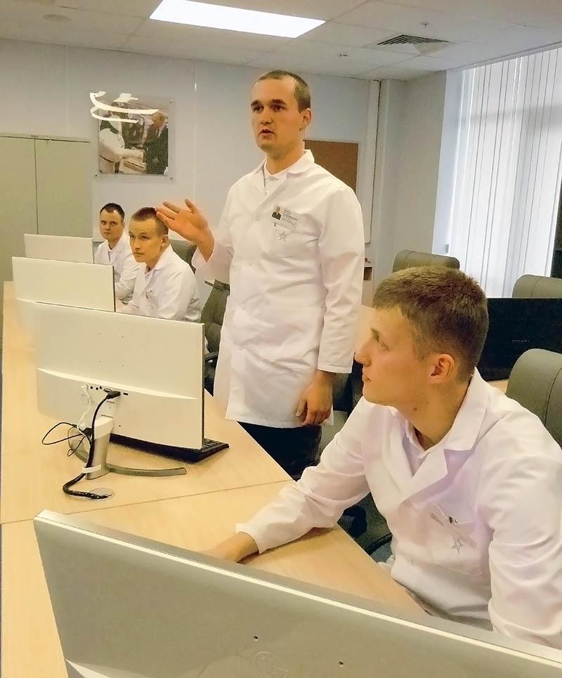 Матрос запаса А.Кириченко представляет направления работы одной из лабораторий.