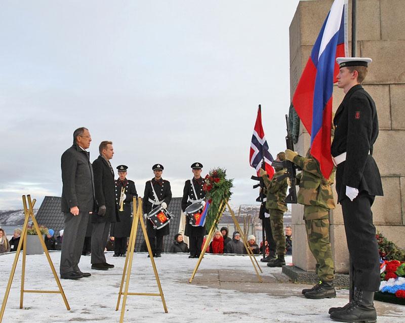 Норвежский король Харальд и министр иностранных дел РФ Сергей Лавров у памятника воинам-освободителям в городе Киркенес.