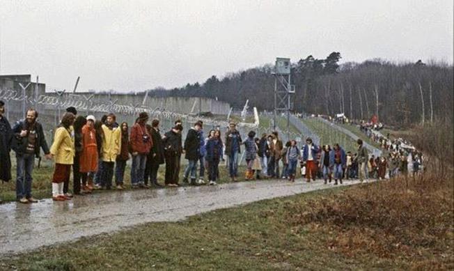 Немцы, протестующие против размещения американских ракет, выстроились у ограды военной базы США в Рейн-Майне.