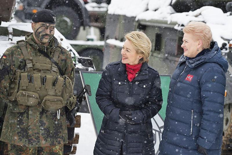 Министр обороны ФРГ Урсула фон дер Ляйен и литовский президент Даля Гибаускайте на базе НАТО в Рукле.