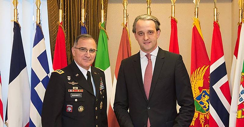Министр обороны РМ Еуджен Стурза с Верховным главнокомандующим союзными силами в Европе генералом Кертисом Скапарротти.