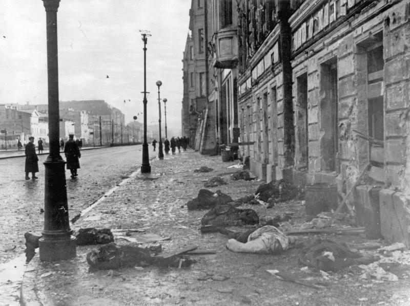 Жертвы бомбежки на ленинградской улице.
