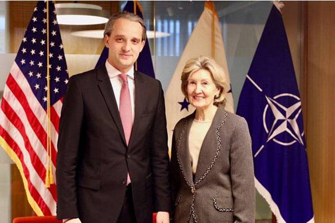 Постпред США при НАТО Кей Бейли Хатчинсон и министр обороны Молдавии Еуджен Стурза, получивший инструкции «по борьбе с российским влиянием в регионе».