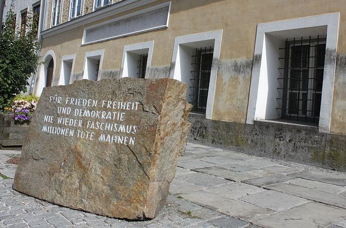 «Мемориальный камень против войны и фашизма».