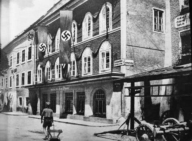 В 1938 году Мартин Борман выкупил здание и устроил в нем музей нацистского искусства.