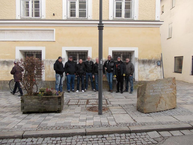 Члены венгерского отделения праворадикальной организации «Кровь и честь» у «родового гнезда» фюрера.