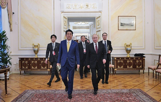 Переговоры о мире продолжаются. Президент РФ Владимир Путин и премьер-министр Японии Синдзо Абэ во время переговоров в Москве.