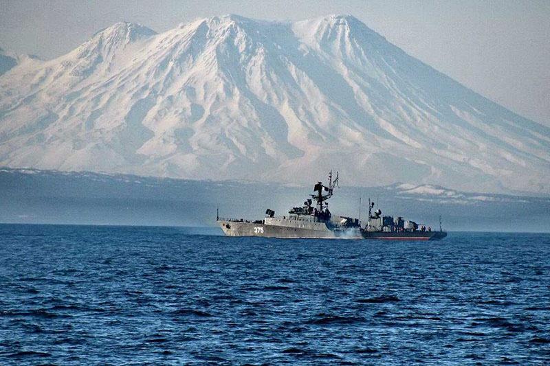 Корабли ВМФ России на фоне Курил.