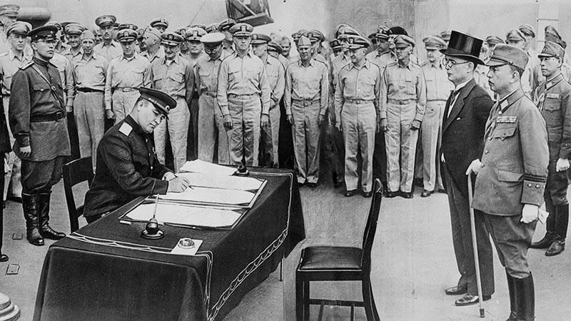 Генерал Кузьма Деревянко подписывает Акт о безоговорочной капитуляции милитаристской Японии.