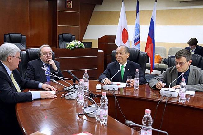Депутат парламента Мунэо Судзуки во время посещения МГИМО.