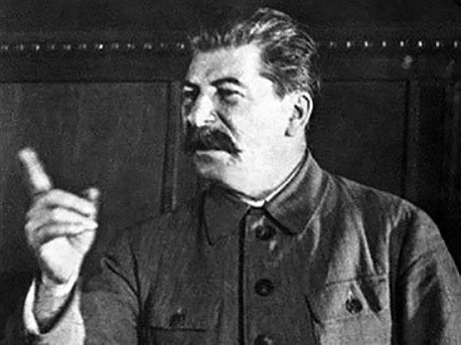 Сталин выступает на совещании с членами военных советов фронтов.