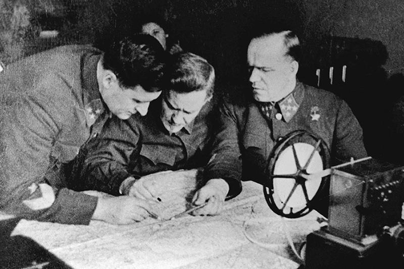 Член военного совета Булганин с генералами Жуковым и Соколовским.