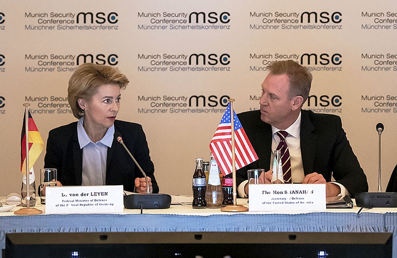 Исполняющий обязанности министра обороны Патрик Шанахан со своей немецкой коллегой.