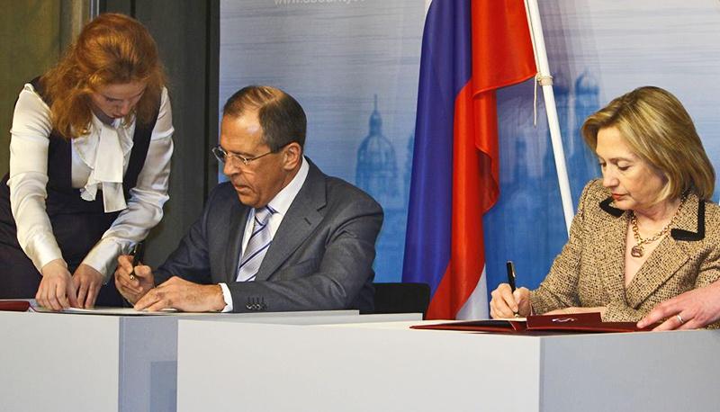 Госсекретарь США Хиллари Клинтон и глава МИД РФ Сергей Лавров подписывают ратификационные грамоты договора СНВ-III.
