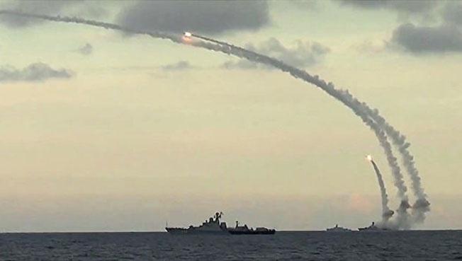 Запуск ракет «Калибр» из Каспийского моря по позициям боевиков в Сирии.