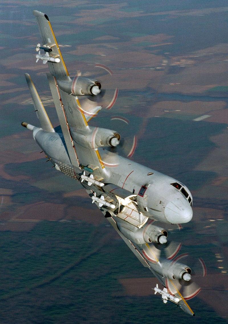 Противолодочный турбовинтовой Lockheed P-3 Orion с ракетами «Harpoon».