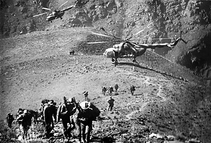 Высадка разведгруппы из вертолета.