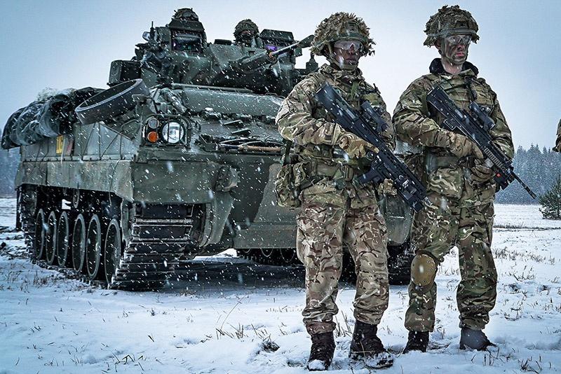 Британские солдаты с БТР Warrior.