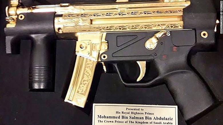 Во время недавнего визита в Пакистан наследному принцу Мухаммеду бен Сальману подарили золотой автомат.