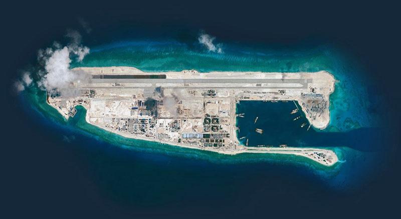 Китай строит насыпные острова с развитой современной инфраструктурой — корабельными причалами, аэродромами, другими объектами.