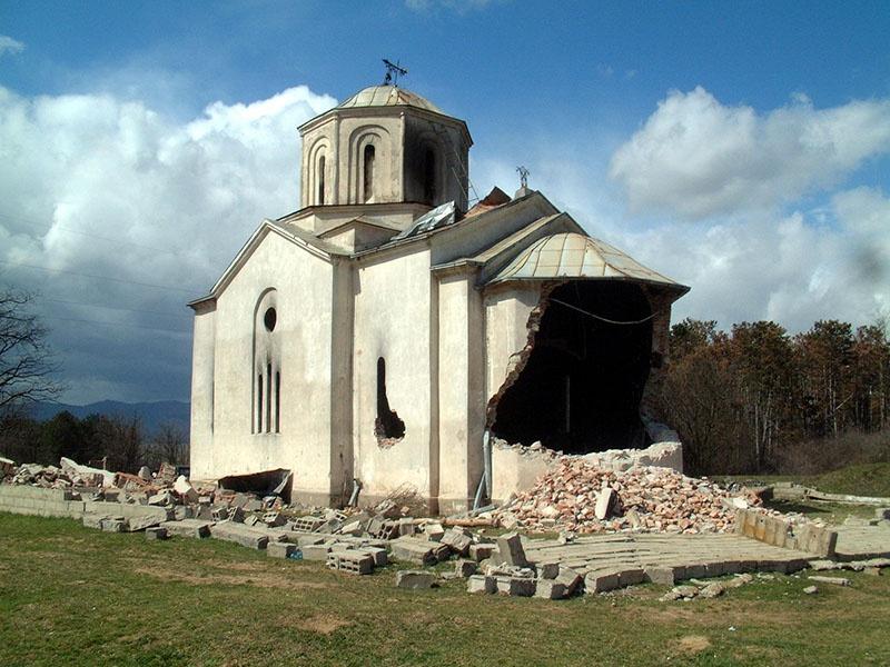 На территории Косово уничтожено множество православных храмов и сербских исторических памятников всемирного значения.