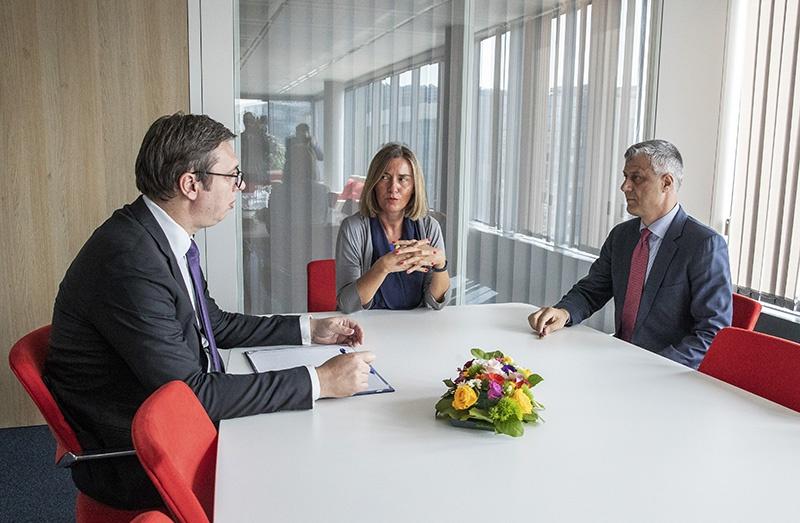 Сербский президент Александр Вучич и президент Косова Хашим Тачи обсуждают компромиссы разграничения административных границ.