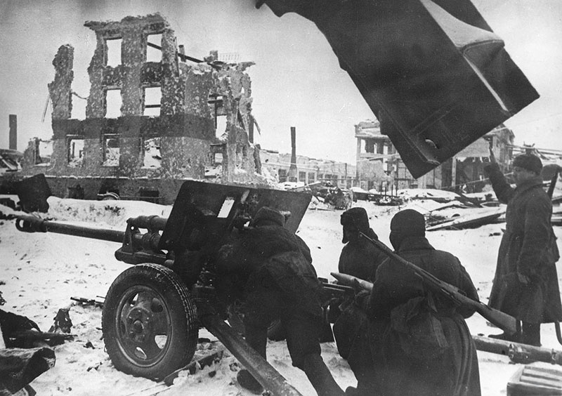 Советские воины героически отражали бешеный натиск врага.