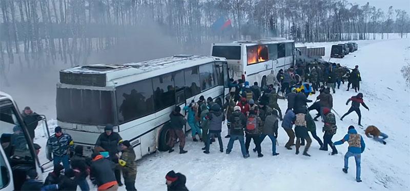 Восемь автобусов с крымчанами были остановлены и избиты украинскими радикалами. (Кадр из фильма «Крым»).