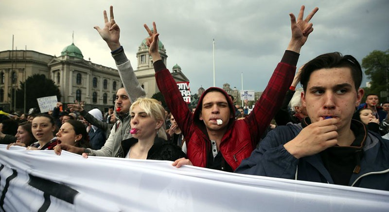 Стихийно, по собственной инициативе или поддержкой извне сербы вышли на улицы Белграда?
