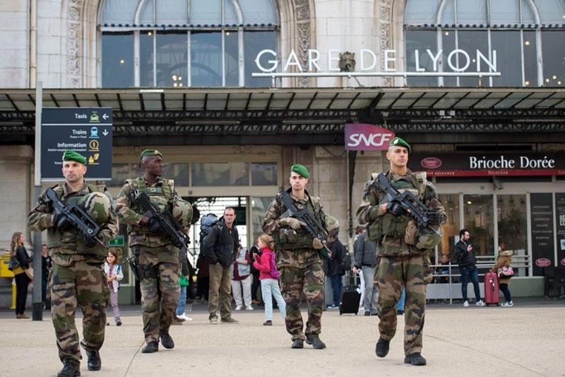 Вооруженные солдаты французской армии на улицах.