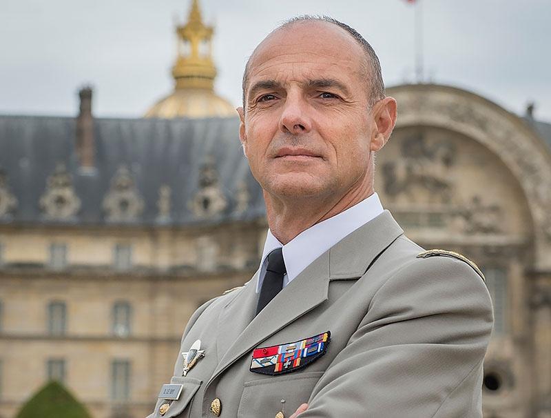 Военный комендант Парижа Брюно Лерэ заявил, что солдаты французской армии могут стрелять боевыми по толпе, «дабы справиться с любой угрозой».