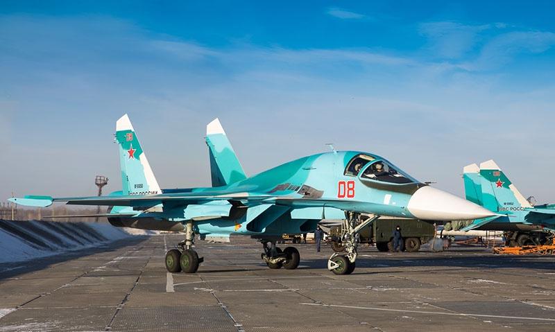 Су-34 выруливают на взлет.