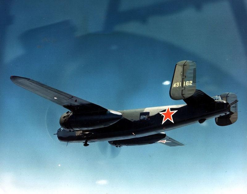 Бомбардировщик B-25 «Mitchell» с советскими звездами.