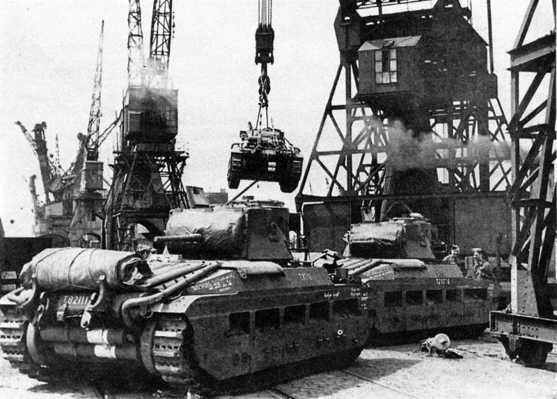 Погрузка танков «Матильда» в одном из британских портов для отправки по ленд-лизу в СССР.