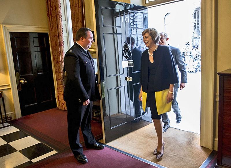 Тереза Мэй стала премьер-министром и впервые входит в свою резиденцию 13 июля 2016 года.