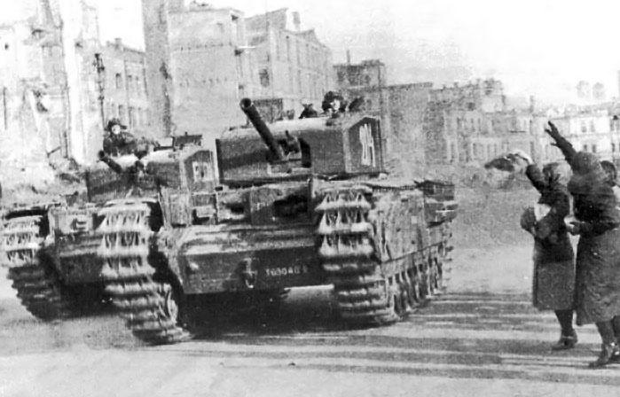 Два танка «Черчилль» из состава 48-го полка въезжают в освобожденный Киев.