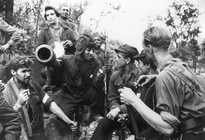 Встреча литовских партизан с советскими танкистами в освобожденном Вильнюсе.