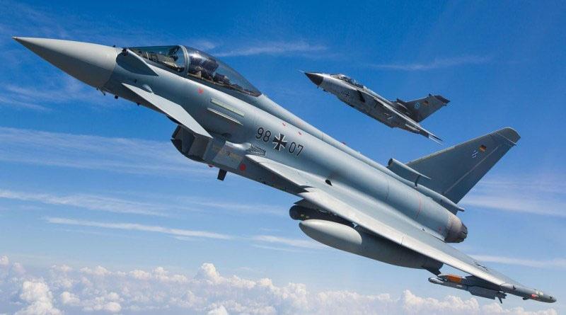 Немецкие истребители Eurofighter Typhoon и Panavia Tornado несут патрулирование в небе над Балтикой.