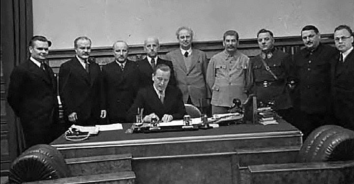 Подписание советско-литовского договора о взаимопомощи в октябре 1939 года.
