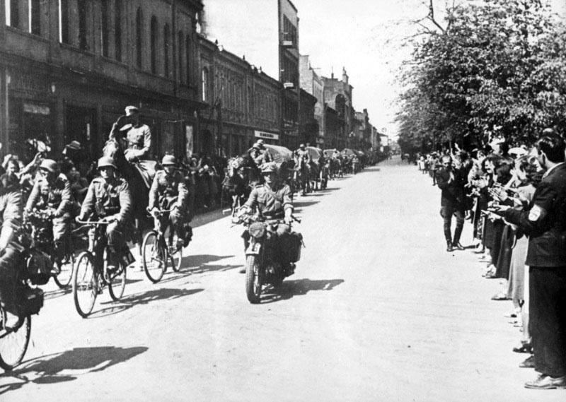 Жители Каунаса приветствуют колонну немецких войск входящую в город.