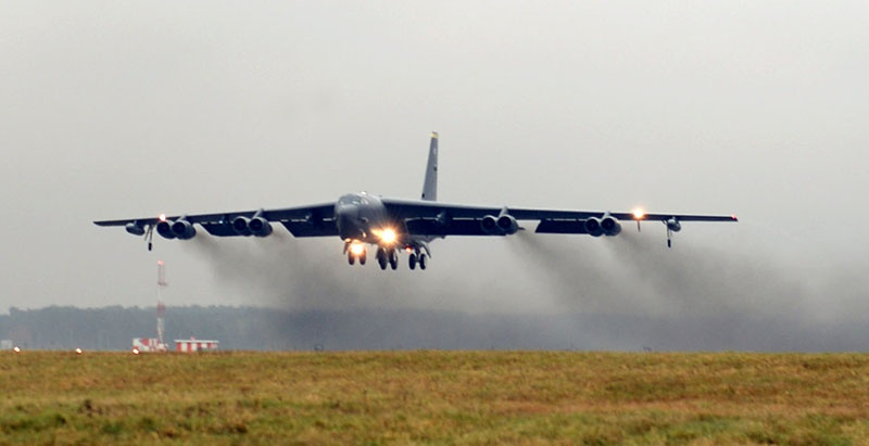 Cтратегических бомбардировщик «B-52Н» производит посадку на британской авиабазе Фэрфорд.