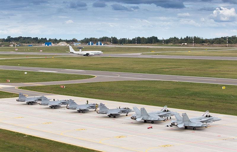 Самолёты НАТО на базе в Литве.