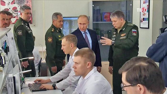 Верховному Главнокомандующему ВС РФ В.В. Путин наблюдает за работой лаборатории – дистанционного мониторинга жизненно важных функций.