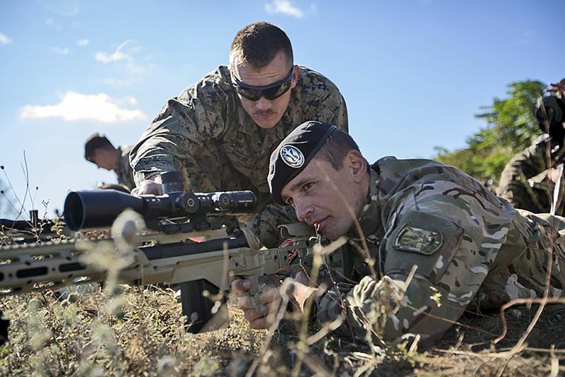 Американский инструктор тренирует украинского солдата.