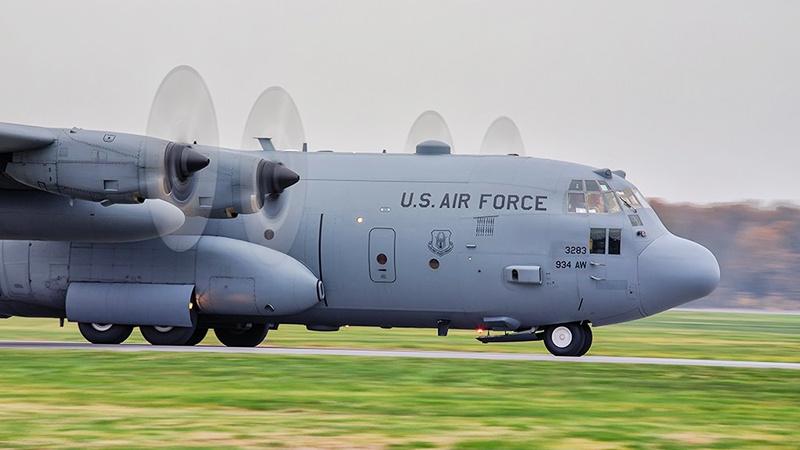 Военно-транспортный самолёт C-130J Hercules садится на авиационной базе Повидз.