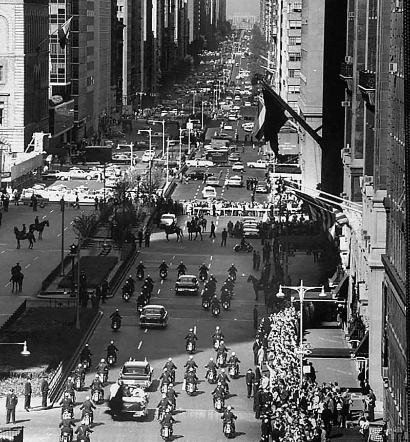Кортеж советской на улицах делегации еден по улице Нью-Йорка.