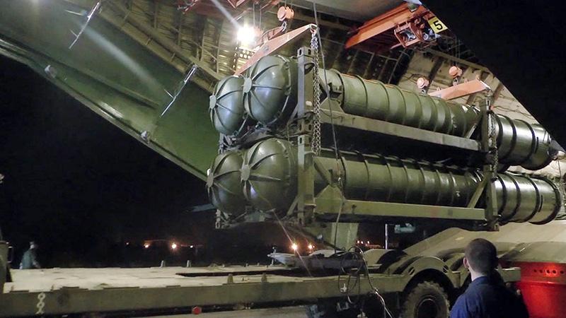 Погрузка зенитно-ракетного комплекса С-400 «Триумф» для отправки в Сирию.