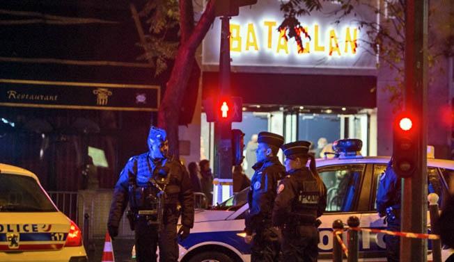 Полицейские у театра «Батаклан», где произошла атака террористов.